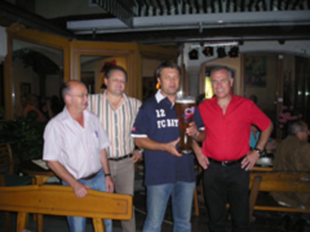 """FC Bayern Stammtisch im Restaurant """"PAPPAS"""" in Natternbach  """"Gerhard Köpf schenkt uns ein Riesen Weißbierglas"""""""