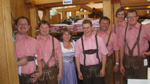 """Lederhosentreffen beim Zeltfest in Natternbach"""