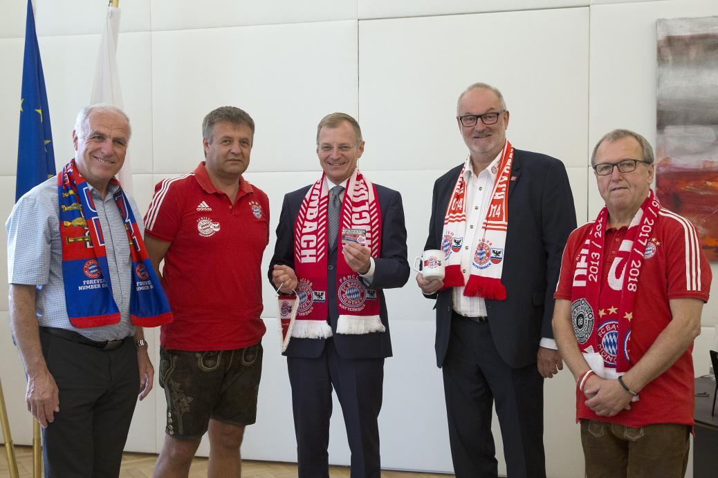 Landeshauptmann Stelzer wurde Fanclubmitglied